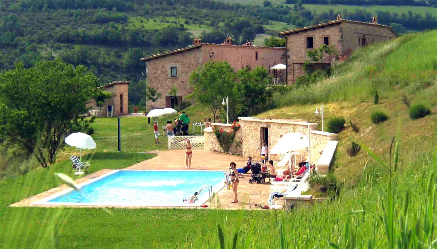 Piscina agriturismo umbria for Piani del cortile con piscine
